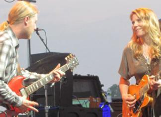 Susan Tedeschi Smiling at Husband Derek Trucks at the Greenwich Town Party (Photo by Kirk Lang)